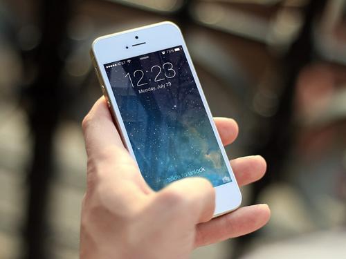 熬夜玩手机竟致中风 长期玩会玩出病